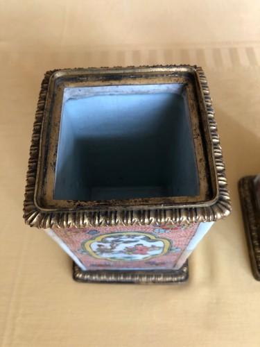Antiquités - Pair of Kangxi Famille Rose vases