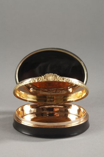 19th century - Hidden compartment snuff box tortoiseshell, gold and erotic miniature.