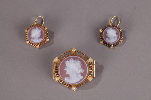 Pink Agate Demi-Parure with Gold and Pearls. Late 19th Century.