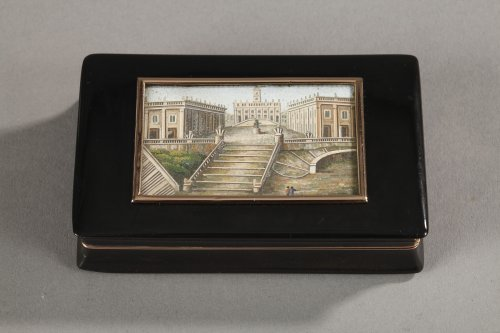 Tortoiseshell snuff box with micomosaic and gold. Early 19TH century.