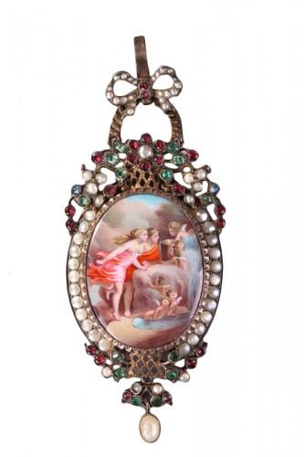 """Silver-gilt pendant featuring """"La fontaine de l'Amour"""". Mid 19th century."""