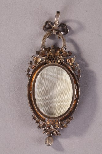 "Antique Jewellery  - Silver-gilt pendant featuring ""La fontaine de l'Amour"". Mid 19th century."