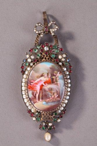 "Silver-gilt pendant featuring ""La fontaine de l'Amour"". Mid 19th century. -"