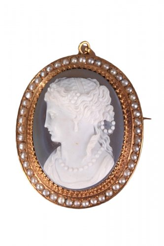 Mid-19th Century cameo with gold mounting and pearls Napoleon III