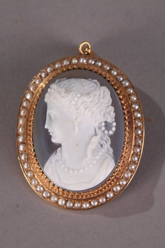 Antique Jewellery  - Mid-19th Century cameo with gold mounting and pearls Napoleon III