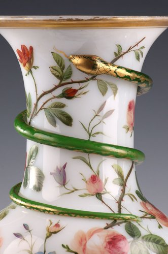 Pair of white opaline vases. Model of J-F Robert. Circa 1840-1850.  - Glass & Crystal Style