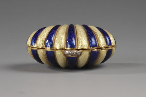 Gold and enamel, diamond handbag or pills box, early 20th century -