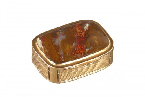 English gold and agate pills box Early 19th century.