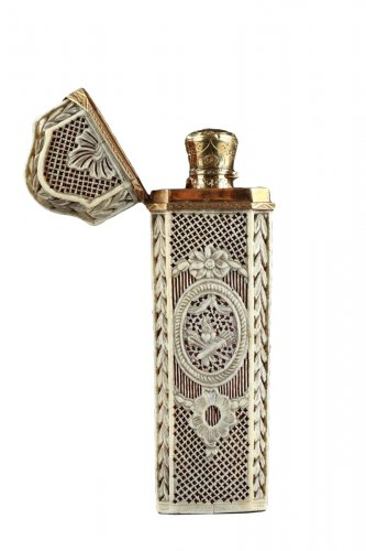 Ivory case with crystal flask and gold. Louis XV. Circa 1770-1775