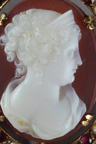 Antique Jewellery  - Gold Brooch with Agate Cameo and Pearls. 19th Century