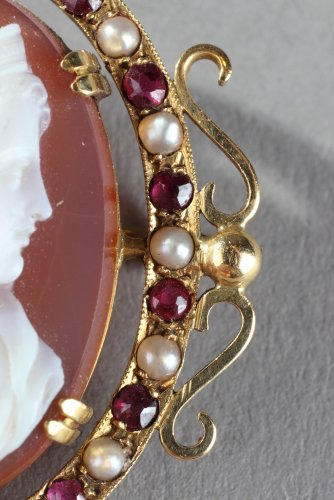 Gold Brooch with Agate Cameo and Pearls. 19th Century -