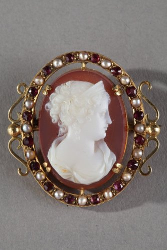 19th century - Gold Brooch with Agate Cameo and Pearls. 19th Century