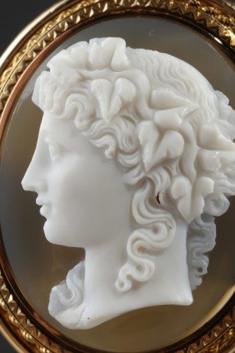 Antique Jewellery  - Gold Brooch with Pearl and Cameo on Agate – 19th Century