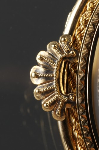 Gold Brooch with Pearl and Cameo on Agate – 19th Century -