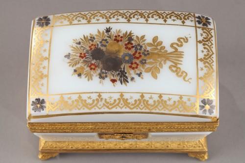 Charles X white opaline jewelery Box Circa 1820 - Objects of Vertu Style Restauration - Charles X