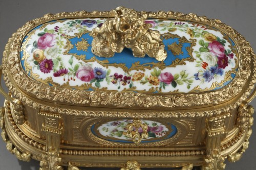 Objects of Vertu  - Louis XVI style Gilt bronze casket and porcelain plates. Circa 1850-1870