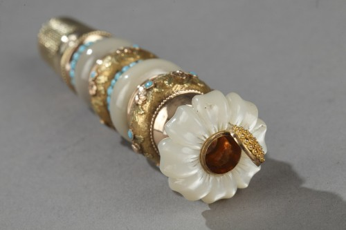 19th century - Mother-of-pearl, gold sewing box in shape of flower