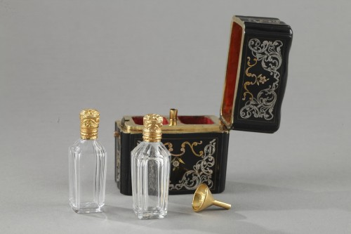 Objects of Vertu  - 18th Century Perfum flask set in gold silver and tortoishell
