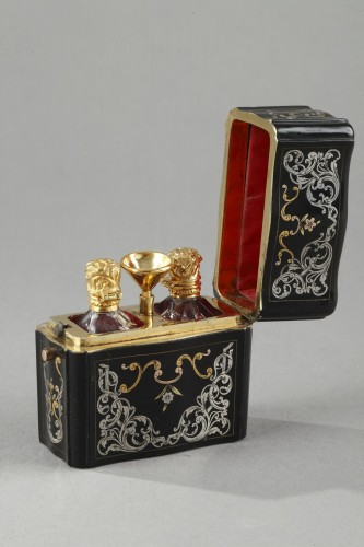 Antiquités - 18th Century Perfum flask set in gold silver and tortoishell