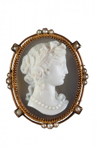 Gold Brooch With Agate Cameo And Pearls