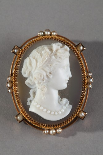 Gold Brooch With Agate Cameo And Pearls -