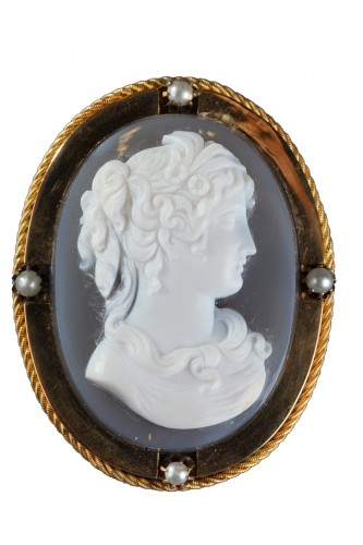 Mid-19th century Gold brooch with agate cameo