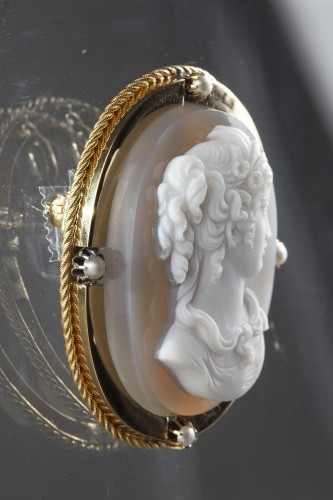Antique Jewellery  - Mid-19th century Gold brooch with agate cameo