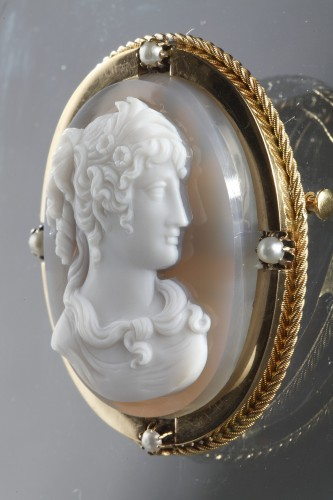 Mid-19th century Gold brooch with agate cameo -