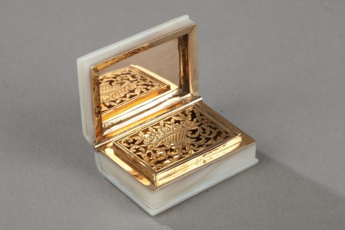 Early 19th century vinaigrette in gold and mother of pearl - Objects of Vertu Style Empire