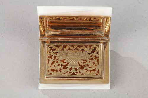 Objects of Vertu  - Early 19th century vinaigrette in gold and mother of pearl