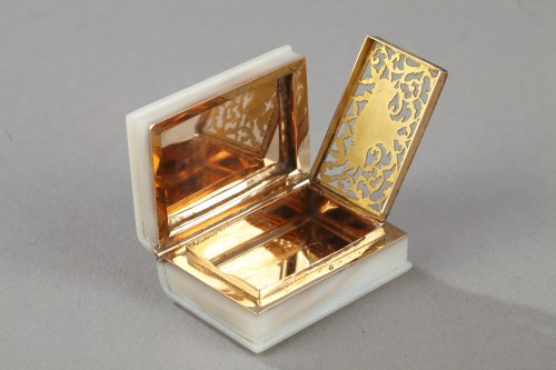 Early 19th century vinaigrette in gold and mother of pearl -