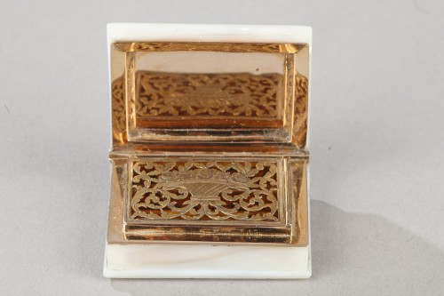 19th century - Early 19th century vinaigrette in gold and mother of pearl