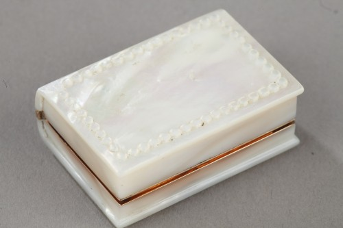 Antiquités - Early 19th century vinaigrette in gold and mother of pearl