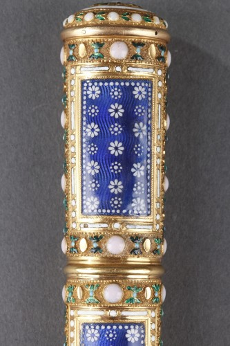Objects of Vertu  - Gold, cylindrical case for wax with translucent blue enamel