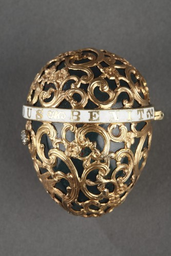 18th century - A 18th century gold cage work mounted bloodstone egg .