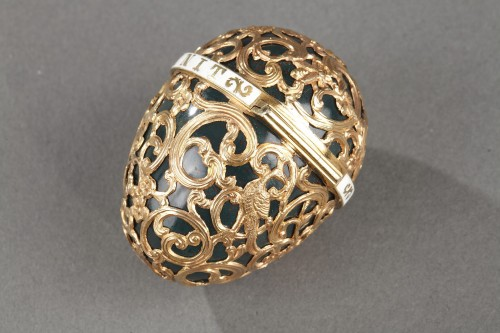Transition - A 18th century gold cage work mounted bloodstone egg .