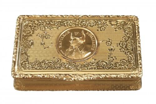 Mid 19th century snuff box with Napoleon Bonaparte medallion
