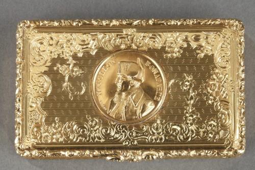 Mid 19th century snuff box with Napoleon Bonaparte medallion - Objects of Vertu Style Napoléon III