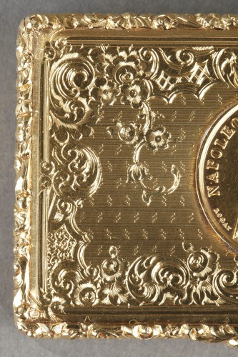Mid 19th century snuff box with Napoleon Bonaparte medallion -