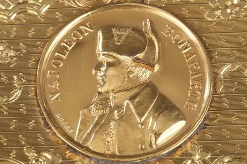19th century - Mid 19th century snuff box with Napoleon Bonaparte medallion