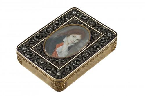 Gold snuffbox with rhinestone and portrait