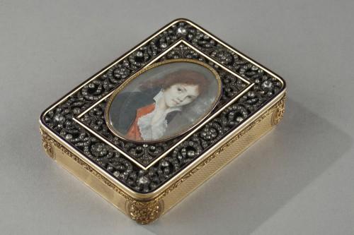 19th century - Hanau Gold snuffbox with strass and portrait