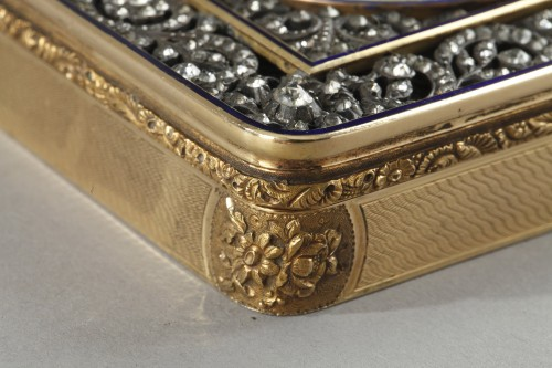 Antiquités - Hanau Gold snuffbox with strass and portrait