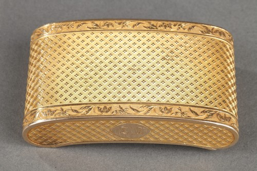 Objects of Vertu  - Early 19th Century curved snuff box