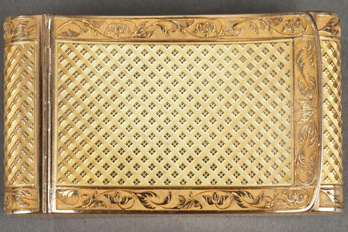 Antiquités - Early 19th Century curved snuff box