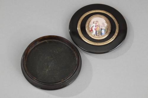 Antiquités - Circular box in brown tortoishell