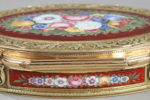 Antiquités - snuffbox in multicolored gold and enamel