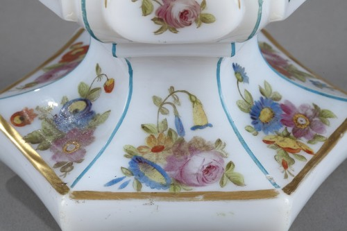 Antiquités - Mid-19th century opaline flask with bouquet of flowers
