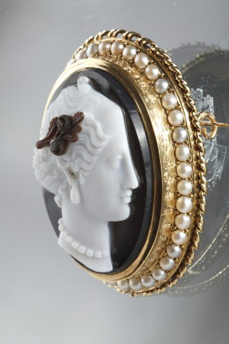 Antique Jewellery  - Gold-Mounted Agate Cameo Brooch