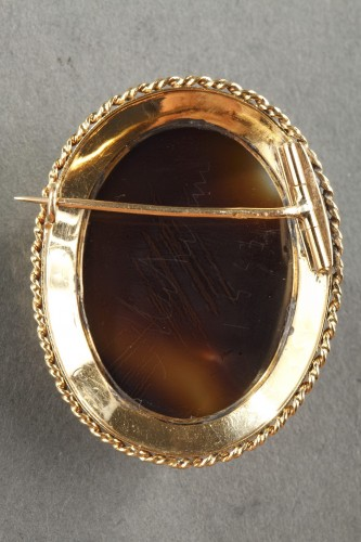 19th century - Gold-Mounted Agate Cameo Brooch